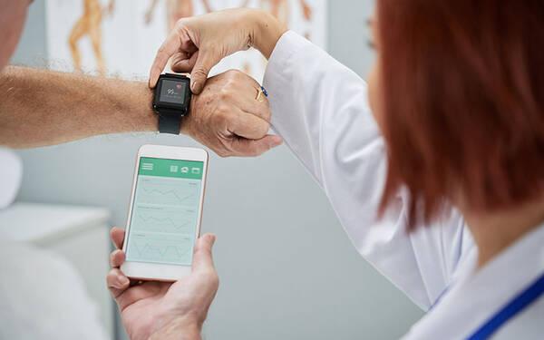 监控健康指标的穿戴设备
