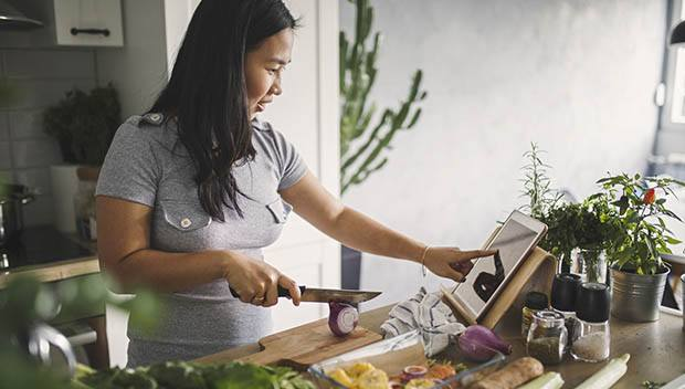 亚洲妇女在家里的厨房做健康膳食